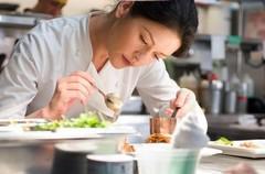 『幸せのレシピ』にてキャサリン・ゼタ=ジョーンズが一人料理に没頭する画。 - Kate.jpg